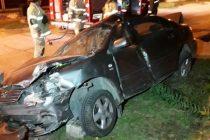 ACCIDENTE EN CALLE ARÉVALO: UN AUTOMÓVIL SE DESPISTA Y COLISIONA CONTRA UNA CASILLA DE GAS Y UN ÁRBOL