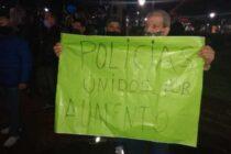 POLICÍAS, JUNTO A FAMILIARES Y CONOCIDOS RECLAMARON POR MEJORAS SALARIALES