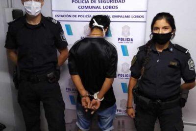 LA POLICÍA INFORMO QUE APREHENDIÓ A UN JOVEN QUE PORTABA UN FRASCO CON MARIHUANA